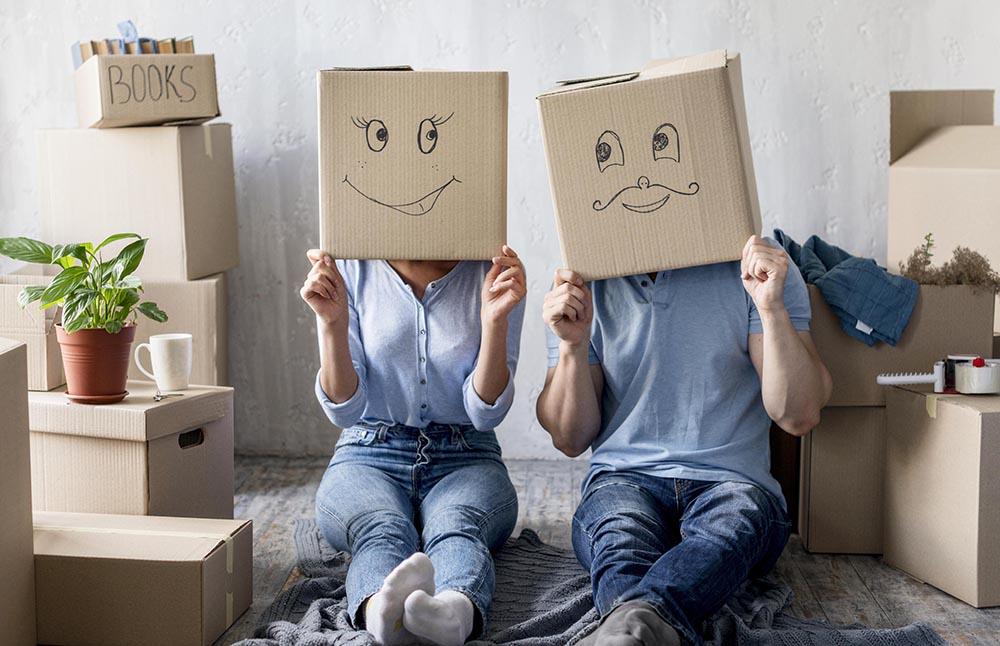 couple avec des cartons pour un déménagement