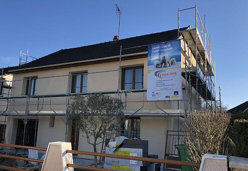photo d'une maison avec l'affiche de kokisol