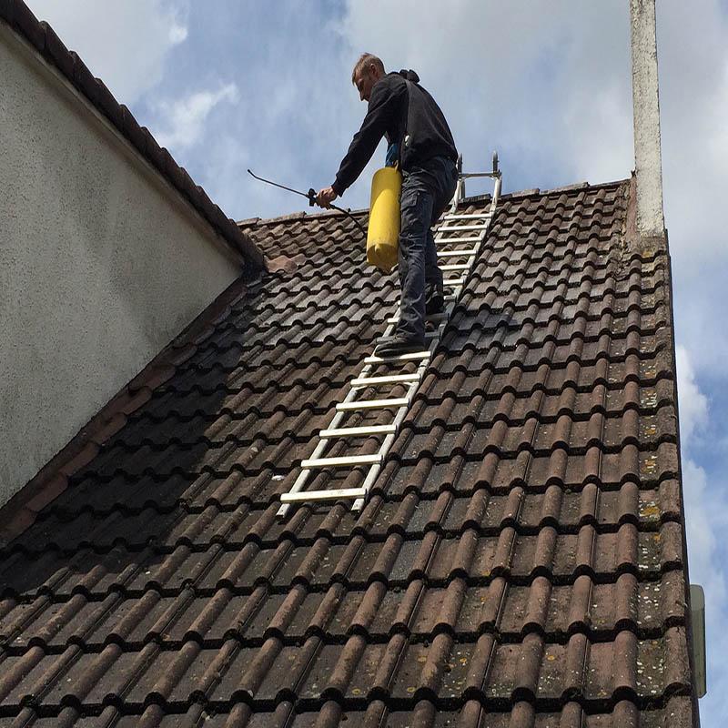 ouvrier qui travaille sur le toit pendant sa réfection