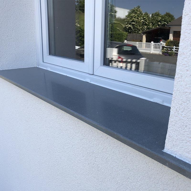 photo d'un appui de fenêtre en granit gris