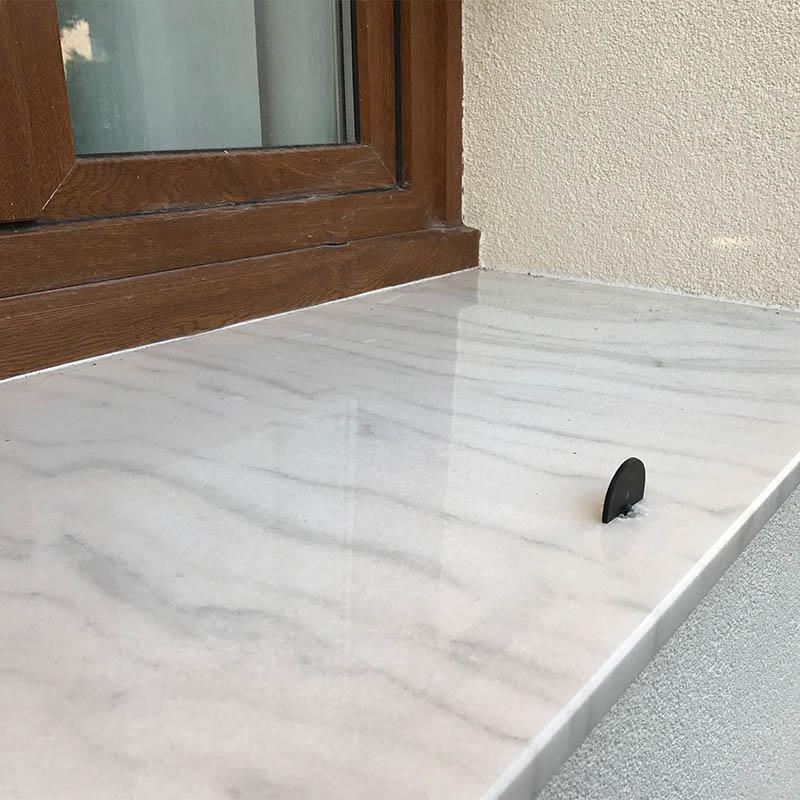 autre photo d'un appui de fenêtre effet marbre blanc