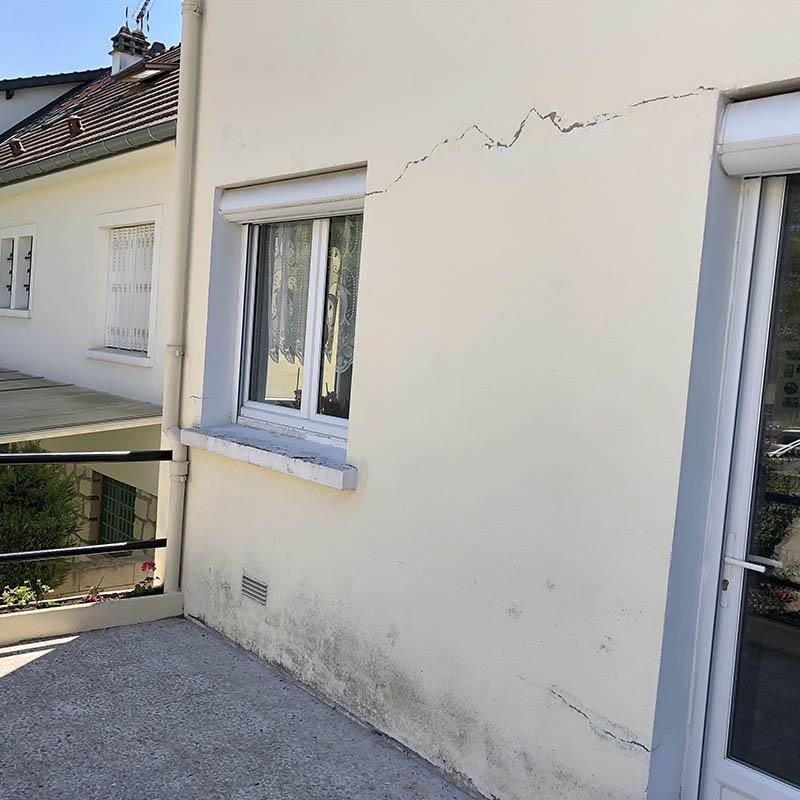 photo maison avec des fissures sur la façade
