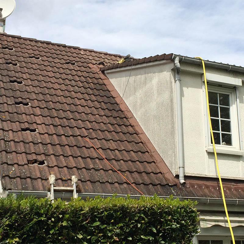 photo d'une toiture avec des tuiles manquantes