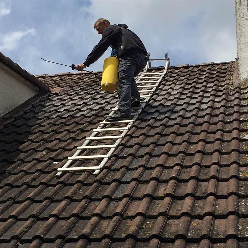ouvrier de kokisol qui effectue un nettoyage de toiture
